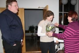 Perussuomalaisten  Laitilan paikallisyhdistyksen puheenjohtaja Riikka Soini (oik.) onnitteli kukin ja halauksin perussuomalaisten valtuustoryhmäään palanneita Tommi ja Lea Vainiotaloa.
