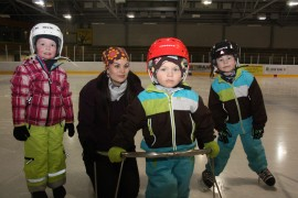 Vilma Tolvanen sekä Jenni, Oskari ja Santeri Rantanen viettivät talvilomapäivää Laitilan jäähallissa torstaina.