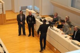 Valtuustossa pidettiin kaksi suljettua lippuäänestystä, Henri Aitakari äänestää, valvojina toimivat pöytäkirjantarkastajat Jarkko Männistö sekä Seppo Mäki-Kamppi. Pöydän takana sihteeri Jaana Suominen, kaupunginsihteeri Markku Mäki, valtuuston puheenjohtaja Jussi Perkkola sekä kaupunginjohtaja Jukka Alkio.