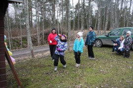 Uudenlaista tikanheittoa pyrkimyksenä rikkoa niin monta ilmapalloa kuin mahdollista. Heittämässä Fanni Heinilä, vuoroaan odottavat Sanni Rosvall ja Kristian Valpola. Taustalla leikkejä ohjannut Marita Heinilä. Tikkakisaa seurasivat Marja Nurminen ja Silja Norrena.