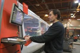 Laserkeskus Oy hakee muun muassa laserleikkaajia. Laseroperaattori Jouni Raes on työskennellyt yrityksessä neljä vuotta.