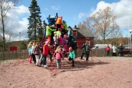 Rohdaisten koulun oppilaat ottivat heti haltuunsa hauskan liikuntavälineen.