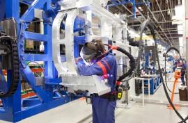 Uudenkaupungin autotehtaalla tehdään töitä kahdessa vuorossa.