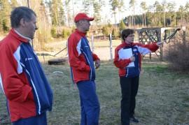 Kalantilaiset Pekka Raula (vas.), Leo Koistinen ja Hanna Helin-Luotonen ovat keskeisesti mukana juhlakilpailun järjestelyissä. Kuva: Veijo Viitanen