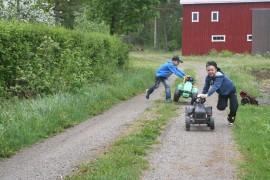 8-vuotiaat serkukset Martti ja Petter järjestävät Katinhännässä polkutraktorinkisan. Kuva: Pirkko Varjo