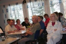 Tuvan täysi yleisö kuunteli ilmeet vakavina Jari Vihriälän tarjoamaa faktatietoa tuulivoimaloista. Kuva: Arja-Liisa Heilä