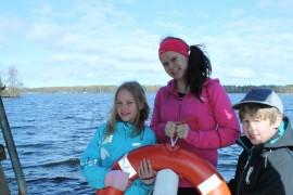 Susanna Aulin esitteli ystäviensä lapsille Oskari Paavolalle ja Mia Jähille Särkijärven uimarantaa.