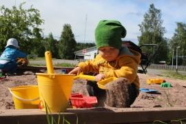 2,5-vuotias Eino Äärelä teki Ihoden koulun pihalla hiekkakuormaa. Äiti Niina Varjonen on osallistunut mielellään lastensa kanssa Ihoden leikkikenttätoimintaan.