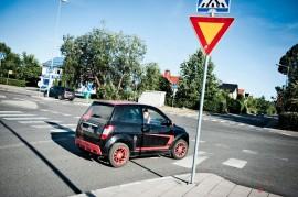 Mopoautot ovat yleisiä Suomen teillä - mutta turvattomia. Kuva Lennart Holmberg.