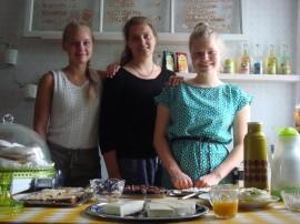 Helena Timlin, Alina Sutinen ja Silja Mikkonen toivottavat tervetulleeksi kahvila Rullakartiinaan. Kuva: Jasmiina Haarala.