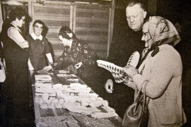 Laitilan näkövammaisten kerhon kahdeksannet syysjuhlat ja myyjäiset keräsivät runsaasti yleisöä eilen. Minkähän lapasen valitsisi? Laitilan Sanomat 31. lokakuuta 1974.