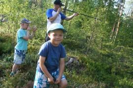 Nelivuotias Alfred Yli-Antola oli metsätaitokilpailun nuorin osanottaja. Taustalla isoveli Hugo tiirailee setänsä  Kimmo Yli-Antolan kanssa relaskoopin avulla puiden runkojen paksuutta. Kuva: Pirkko Varjo
