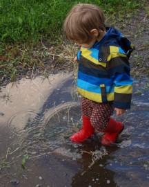 Lapset tahtovat hyppiä jokaisessa vesilammikossa