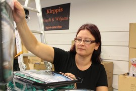 Haminasta lähtöjään oleva Jaana Immonen perusti Laitilaan kirpputori Wendi & Wiljamin. Tiistai-iltapäivänä hyllyjen pystytyksessä ja tavaroiden järjestelyssä riitti tekemistä.