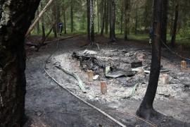 Paikalla oli enää perustukset, sillä hirsinen rakennus paloi kokonaan.