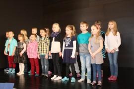 Koulun oppilaat esiintyivät arvokkaassa Suntaan koulun vihkiäisjuhlassa.