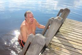 Rapi Salminen käy Mustajärvellä uimassa ympäri vuoden. – Mitä huonompi sää, sitä mukavempi uida, mies veistelee. Kuva: Maria Rantanen