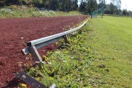 Pyhärannan Rohdaisten urheilukentän aidat ovat vinksallaan. Kentältä löytyy korjattavaa ja siistittävää. Kuva: Maria Rantanen