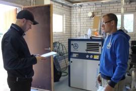 Terveystarkastaja Konsta Kulmala ja vesilaitoksen hoitaja Jyrki Nurmi ottivat Kaunissaaren ottamolta näytteitä maanantaina.