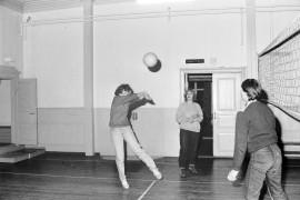 Nuorten illoissa Pyhärannan Suojalassa palataan lentopalloa monien muiden mahdollisuuksien ohessa. Iskuja verkolla oli helppo harjoitella, vaikka alkuillasta väkeä olikin paikalla vielä vähänlaisesti. Laitilan Sanomat 16.10.1981