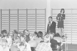 Maisteri Tauno A. Luukkanen kertoi viime viikolla koululaisille tupakoimattomuuden eduista. Asiaa valaistiin vielä tupakoivalla Savu-Sirkka-nukella. Laitilan Sanomat 13.10.1981