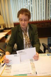 Toimistosihteeri Anneli Vainio otti vastaan ennakkoäänestyslipukkeita  kirkkoherranvirastossa.