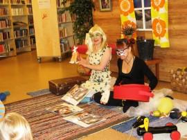 teenä valokuva Laitilan kaupunginkirjastossa pidettiin perjantaina Tove Jansson -satutunti. Kuvassa vasemmalla Miitu Makkonen ja oikealla Kati Keskihannu.