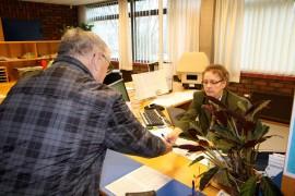 Laitilalainen Paavo Jokinen kävi äänestämässä ennakkoon seurakuntavaaleissa Laitilan kirkkoherranvirastossa perjantaiaamuna. Toimistosihteeri Anneli Vainio tarkisti äänestäjän henkilöllisyyden ja antoi muut käytännön ohjeet äänestystä varten. Kuva: Ville Juuti