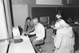 Lukion rehtori Pekka Pappila ja vararehtori Asko Suikkanen näyttivät viime maanantaina kokoontuneelle lukion vanhempainneuvostolle, miten uusi mikrotietokone oikein toimii. Ja toimiihan se. Seurustelussa se osoitti tutustuvansa mielellään uusiin ihmisiin ja olevan Pappilan Pekan kanssa jo sinut. Laitilan Sanomat 6.11.1981