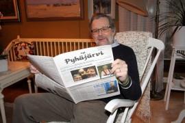 Pekka Laulajainen lukee mielellään kerran kuukaudessa ilmestyvää Viipurin läänin Pyhäjärven omaa lehteä. Kuva: Ville Juuti