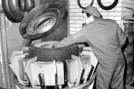 Kumikorjaamo A. Elossa paistaminen näissä muoteissa suoritetaan 150 asteen lämpötilassa. 40 minuutin aikana tämä pakettiauton rengas valmistui 12 kilon paineessa. Atso Koskinen nostaa lämpimän renkaan muotista pois ja asentaa heti uuden tilalle. Laitilan Sanomat 30.10.1981.