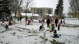 Vaahteraportin päiväkodin lapset leikkivät innoissaan lumessa. Kuva: Maria Rantanen