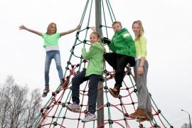 Alice Sundgren, Matilda Mattila, Oskari Saloniemi ja Annika Iiskala vihjaavat vaatteillaan, mikä oli torstaipäivän väri.