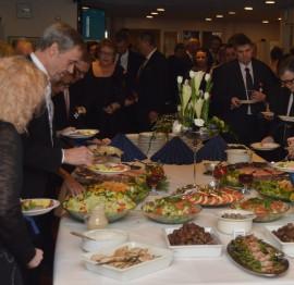 Juhlaruoka tarjoiltiin yrittäjäjuhlassa kaupungintalon ala-aulassa.