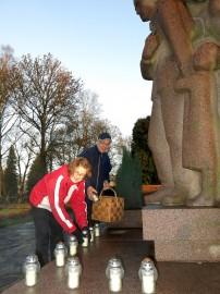 Pekka ja Irja Perkkolan jouluaatto alkaa sankarihaudalta, jonne he toimittavat Laitilan Kaatuneiden Omaisten kynttilätervehdyksen.