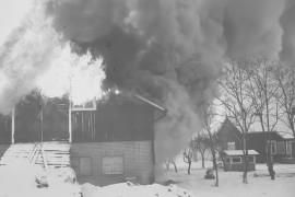 Laitilan Kodjalassa tuhoutui torstaina aamupäivällä navettarakennus. Tuli levisi nopeasti kuivassa navetassa. Laitilan Sanomat 11.1.1985