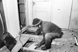 Laitilan Opistotalon remontti alkoi torstaina. Taloa kunnostetaan entisöiden. Työssä kirvesmies Siro Hurme. Laitilan Sanomat 4.1.1985