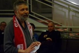 Laitilalainen Pertti Pokki piti avaustilaisuudessa puolueen kaulaliinaa, joka väritykseltään muistuttaa erehdyttävästi jalkapalloseura Liverpoolin kannattajien vastaavaa. Kuva: Juhani Marttala