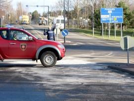 Poliisi ohjaa liikennnettä Vakka-Suomenkadulla Uudessakaupungissa.