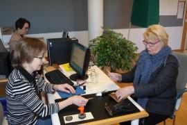 Mirja Mäkelä (oik.) kävi äänestämässä ennakkoon Laitilassa. Vaalitoimitsijoina olivat Tarja Saarela (takana) ja Arja Perävainio.