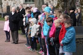 Kansallisen veteraanipäivän juhlallisuuksiin osallistui myös laitilalaisia koululaisia.