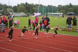9-vuotiaiden tyttöjen 40 metrin juoksu on startannut. Laitilan nuorisokansallisiin urheilukilpailuihin osallistui lähes 200 urheilijaa. Kuva: Pirkko Varjo