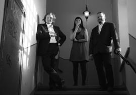 Marko Laihisen (vas.), Leena Ritva Koskisen ja Henri Aitakarin Red Chair Jazz -kokonaistaideteos yhdistää musiikkia, videotaidetta ja performanssia.
