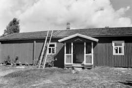 Seppä Isak Grundströmin rakentama torppa   Kodisjoella kertoo jälkipolville entisajan elämänmenosta. Laitilan Sanomat 11.8.1995