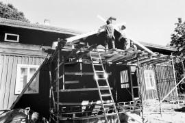 Poukan taloon rakennetaan uutta kuistia LAKK:n oppilastyönä. Laitilan Sanomat 28.7.1995