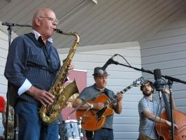 Erkki Välilä, Kari Antila ja Eduardo Belo saivat jazzkuumeen nousemaan Laitilan torilla.