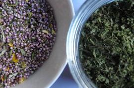 Laitilalaisia tuliaisia: Kanervasta, kissanmintusta ja sitruunankuoresta kuivattu tee, ja vihrejauhe erillaisista kasveista.