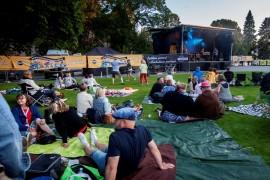 Laiitlan kirkkopuisto osoittautui oivalliseksi piknik-konsertin paikaksi. Kuva: Olli Sulin.