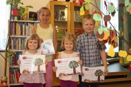 Silja (vas.), Aliisa ja Elias Kylä-Heiko keräsivät Omppukesä 2015 -kisan aikana kukin 79 omenaa Laitilan kirjastossa olevaan omenapuuhun. Yhden omenan sai kolmesta luetusta tai kuunnellusta kirjasta. Kaikkien osallistuneiden kesken arvotun kirjapalkinnon voitti Neea Vaaraslahti.