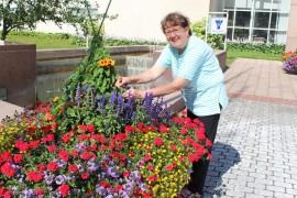 Laitilan-Pyhärannan 4H-yhdistyksen toiminnanjohtaja Riina Vainio poikkeaa tarkistuskäynneillä istutuksilla. Hommat ovat hoidossa ja hyvin ovatkin.